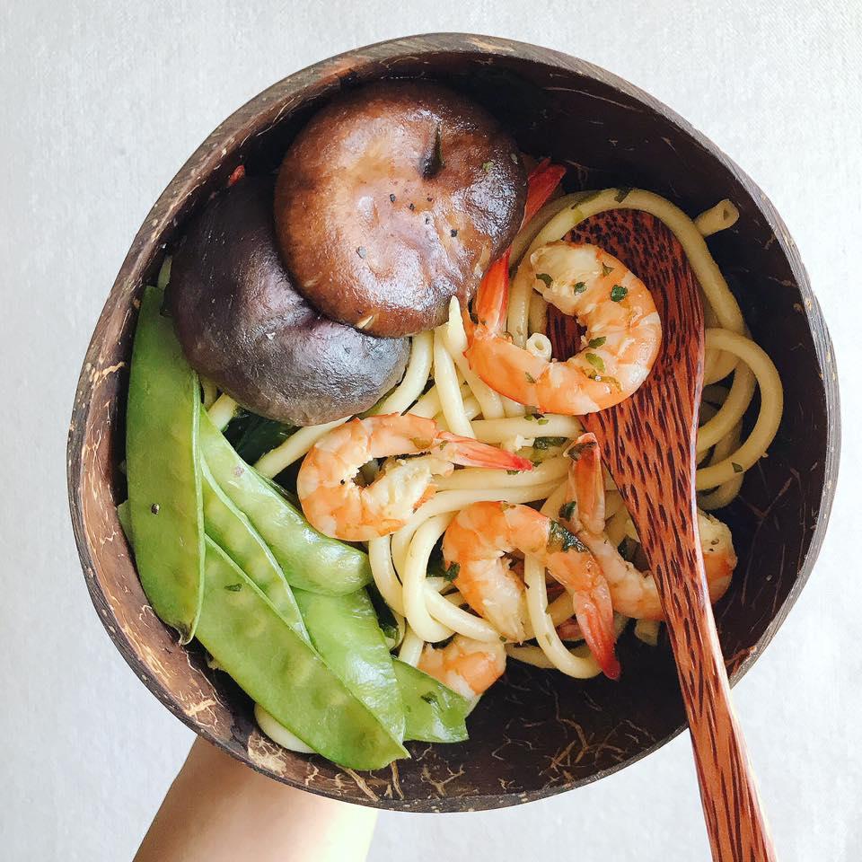 200g tôm ướp muối tỏi, lá basil (húng tây) khô xào mỳ Ý + đậu hà lan + nấm hương tươi.