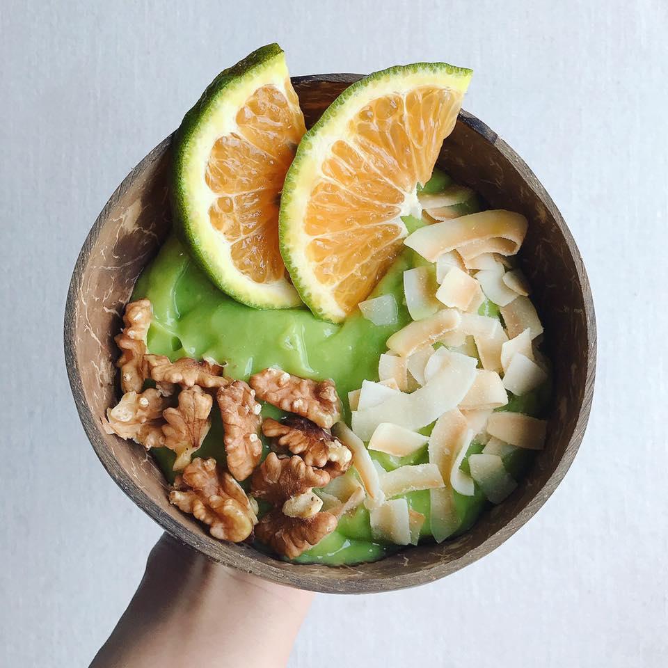 Ăn vặt với smoothies mất khoảng 5 phút chế biến, gồm 1 quả chuối, 1/2 quả bơ, 100ml sữa tươi không đường, dừa khô, hạt óc chó, vài lát cam.