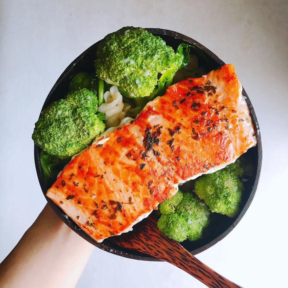 150g cá hồi ướp muối, lá húng tây khô áp chảo, 1 bông cải xanh 200gr xào với 1 chén con mỳ ý (mỳ luộc trước xào).