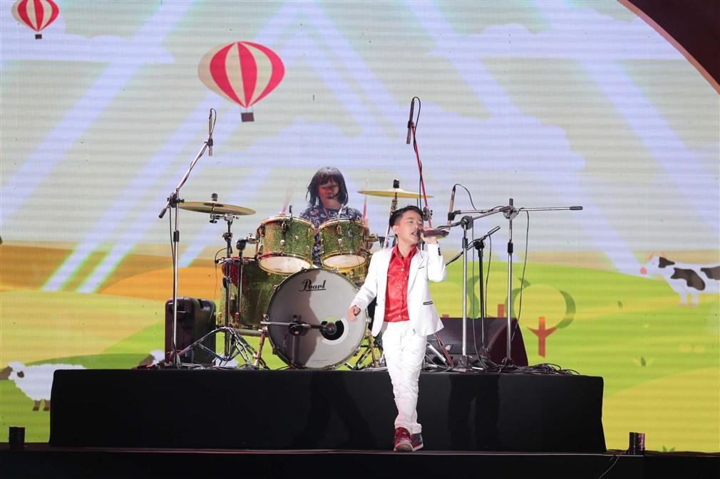 """Hàng trăm trẻ em Đà Nẵng phấn khích gặp """"thần đồng âm nhạc"""" Trọng Nhân tại Sun World Danang Wonders"""