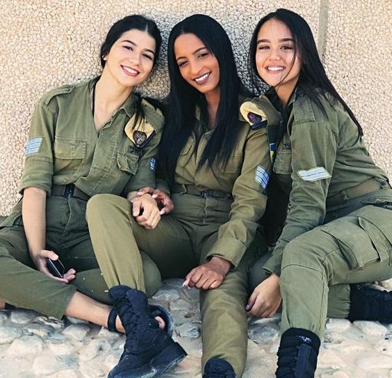 Phụ nữ Israel cũng nhập ngũ và tham gia vào quân đội như các đấng nam nhi.