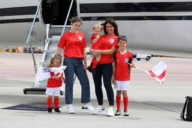 Vợ con tiền đạo Jamie Vardy ở sân bay.