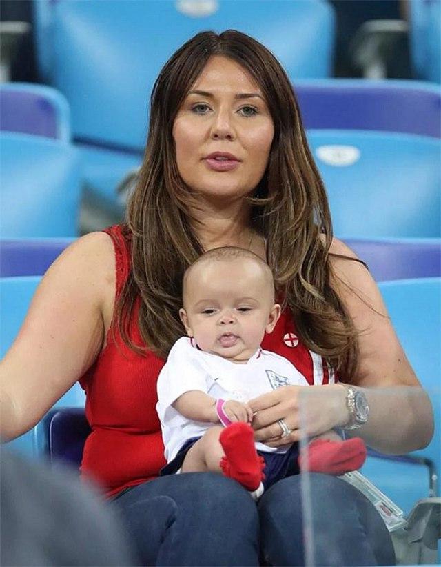 Vợ của Ashley Young, Nicky Pike, cũng mang theo cậu con trai còn nhỏ tới cổ vũ chồng.