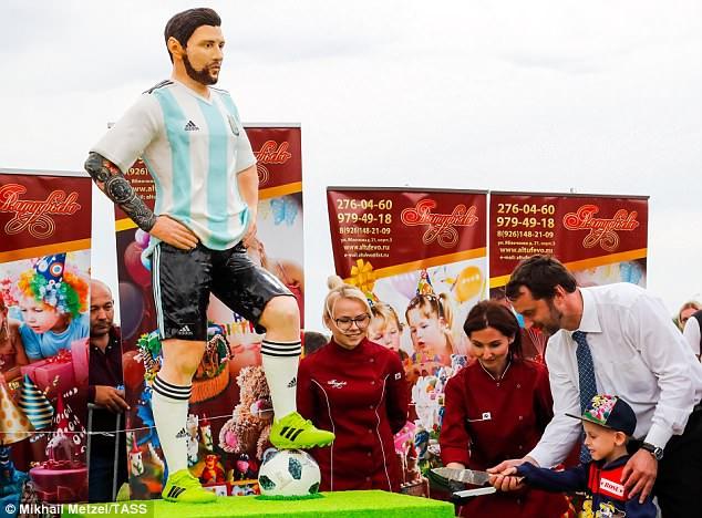 Messi vui mừng thổi bánh sinh nhật tại World Cup