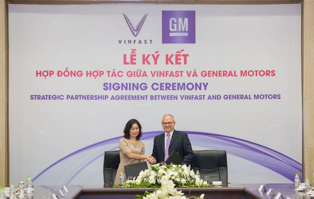 Bà Lê Thị Thu Thủy – Phó Chủ tịch Vingroup kiêm Chủ tịch Vinfast và ông Barry Engle, Phó Chủ tịch điều hành kiêm Chủ tịch GM quốc tế ký hợp đồng hợp tác chiến lược tại thị trường Việt Nam.