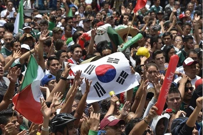 Fan Mexico kéo đến đại sứ quán Hàn đa tạ các cầu thủ xứ củ sâm