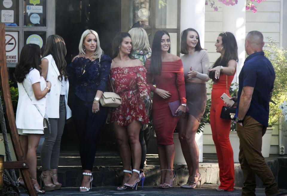 Các bà vợ và bạn gái của các cầu thủ ngôi sao nước Anh dường như khá thoải mái trước ống kính phóng viên.