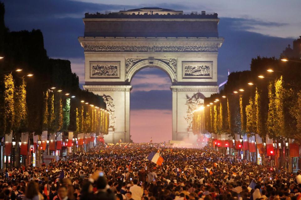Paris thành chảo lửa sau chiến thắng ngoạn mục của Pháp trước đội tuyển Bỉ