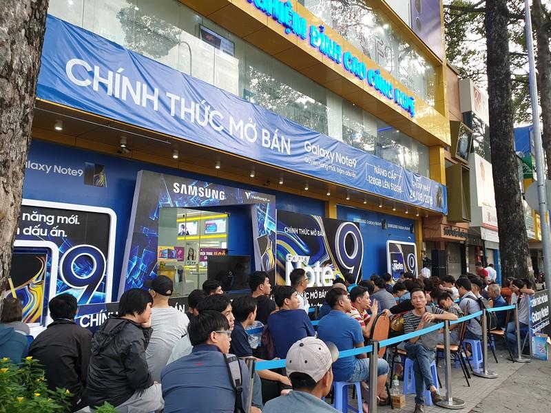 Cảnh tượng xếp hàng mua điện thoại hiếm gặp tại Việt Nam