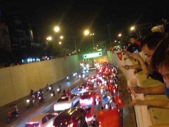 Cả dân tộc vỡ òa ăn mừng chiến thắng của Olympic Việt Nam