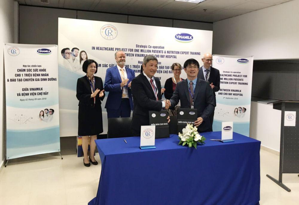 Đại diện lãnh đạo Bệnh viện Chợ Rẫy và Vinamilk ký kết hợp tác chiến lược giai đoạn 2019-2021.