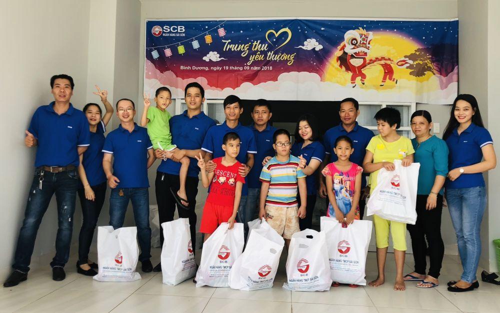 CBNV SCB Bình Dương trao gần 100 phần quà cho các em nhỏ tại Trung tâm bảo trợ xã hội tỉnh Bình Dương.
