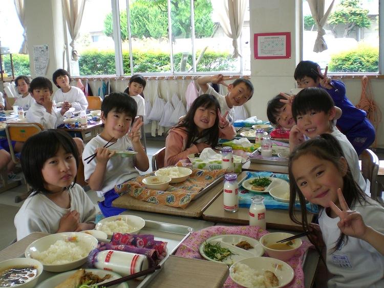Hình ảnh học sinh dùng bữa tại trường học Nhật Bản (nguồn: internet)