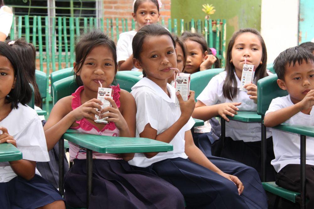 Hình ảnh học sinh tại Phillippin uống sữa trong trường học (nguồn: internet)