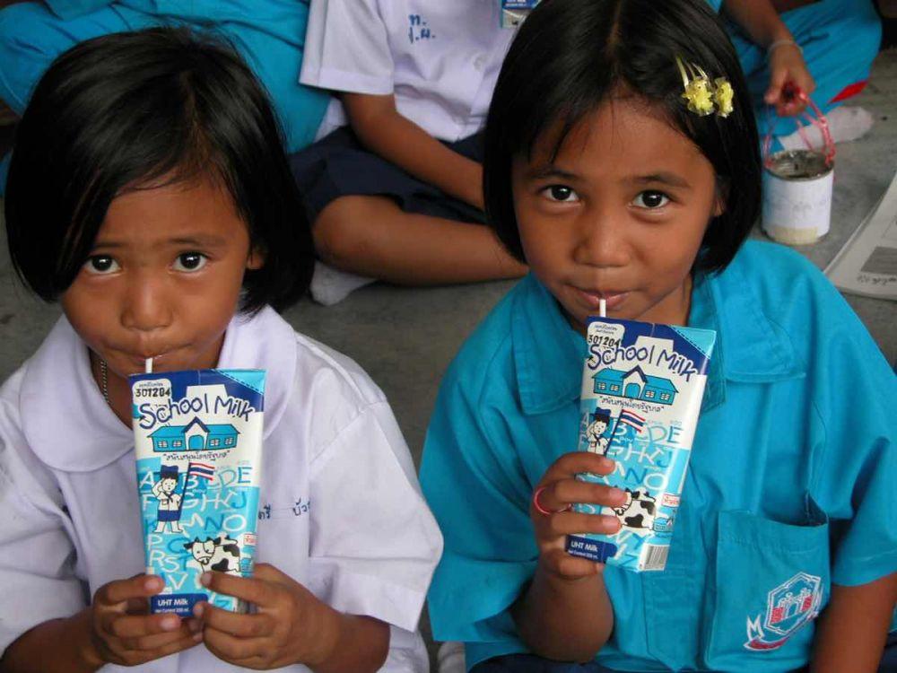 Hình ảnh học sinh tại Thái Lan uống sữa cùng bạn bè (nguồn: internet)
