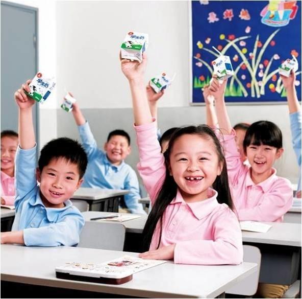 Hình ảnh học sinh tại Trung Quốc uống sữa trong trường học (nguồn: internet)