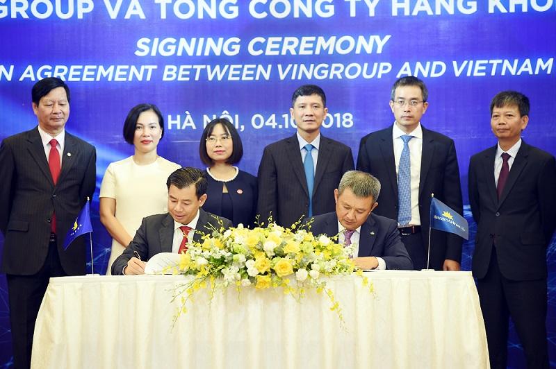 Ông Nguyễn Việt Quang - Phó Chủ tịch kiêm Tổng Giám đốc Tập đoàn Vingroup và ông Dương Trí Thành – Tổng Giám đốc Tổng Công ty Hàng không Việt Nam ký biên bản thỏa thuận hợp tác