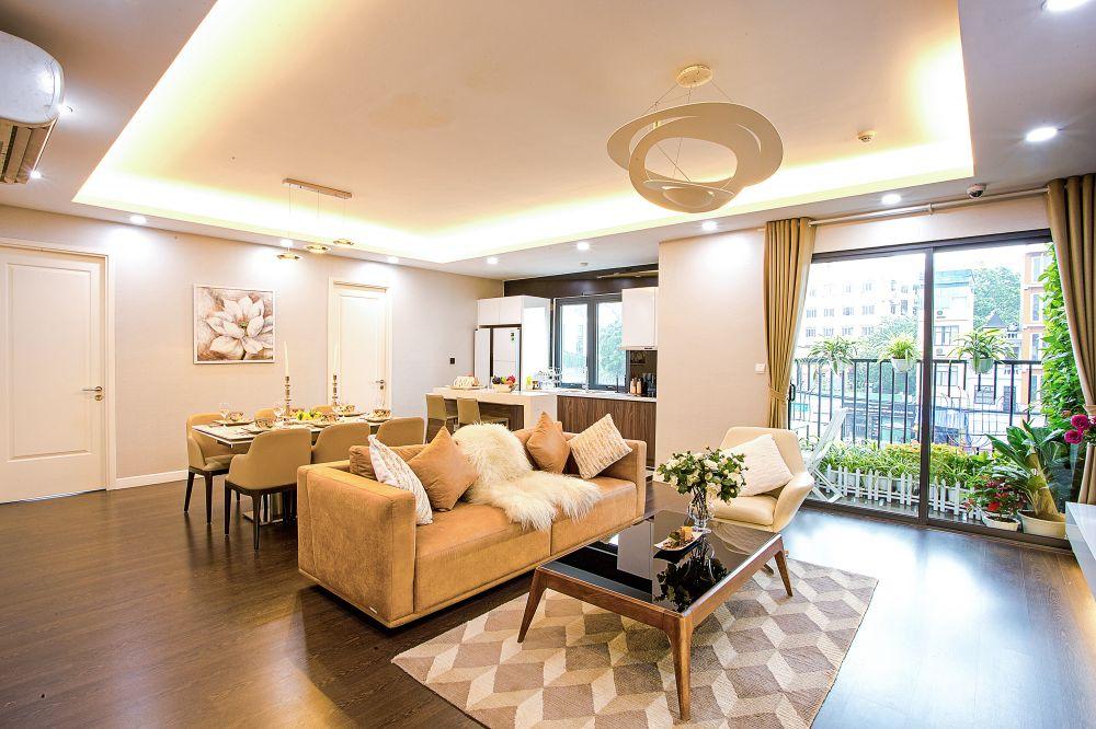 Thiết kế trải dài mặt thoáng trong phòng khách và căn bếp tạo không gian tràn ngập ánh sáng tự nhiên của căn hộ tại Imperia Sky Garden.