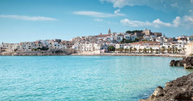 Một loạt các khách sạn, biệt thự nghỉ dưỡng bên một bãi biển tại Ý.