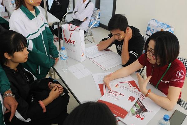 """Hơn 200 học sinh THPT được tham gia  """"tour"""" trải nghiệm đại học – định hướng tương lai"""