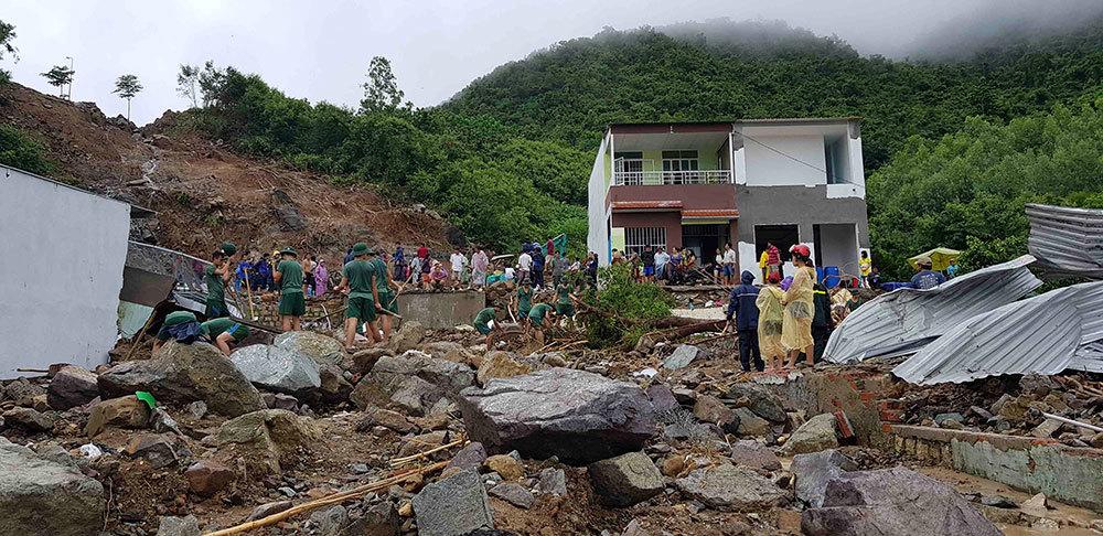 Nước từ trên hồ nhân tạo ào ào đổ xuống khiến 4 người tử vong, hàng chục căn nhà đổ sập