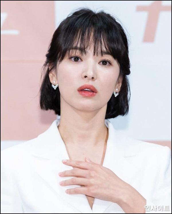 Mặc đẹp như Song Hye Kyo tuổi 37 chỉ với tóc ngắn và váy trắng