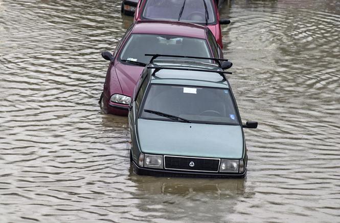 Rất nhiều ô tô bị ngập nặng trong trận bão vừa qua. Ảnh internet