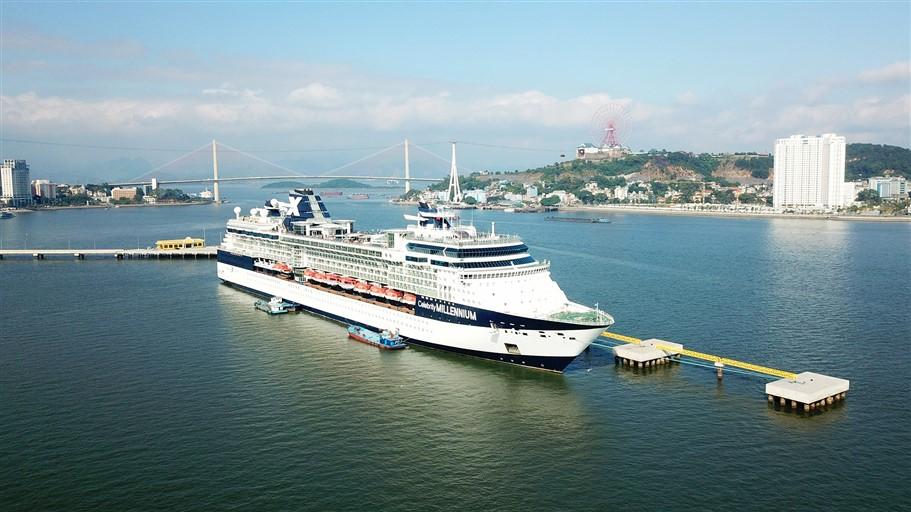 """Du thuyền """"siêu sang"""" sức chứa hơn 5.000 người cập Cảng tàu khách du lịch quốc tế Hạ Long"""