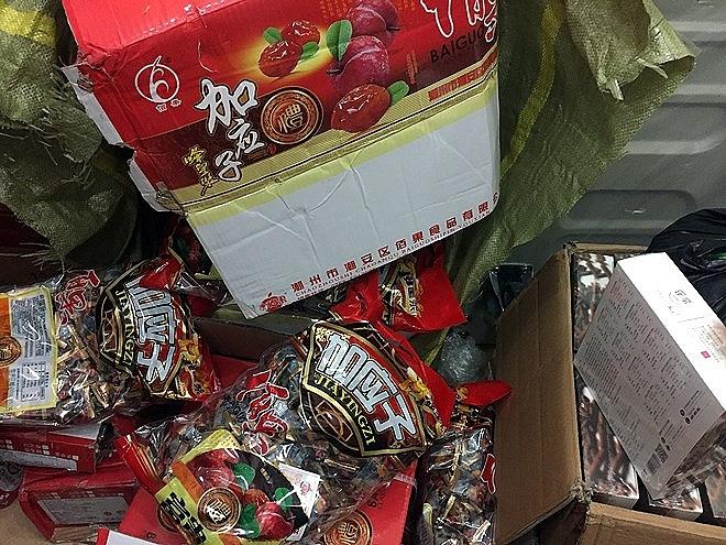 Phát hiện, thu giữ 2 tấn thực phẩm, bánh kẹo lậu