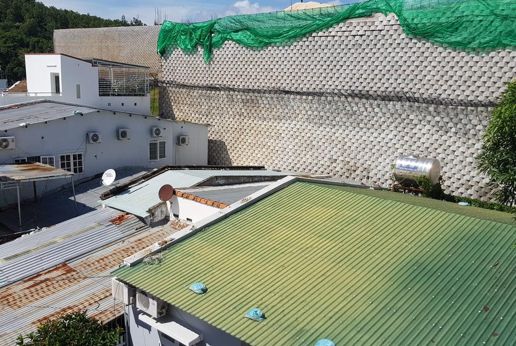 Khánh Hòa: Bức tường khổng lồ dự án Đồi Xanh Nha Trang