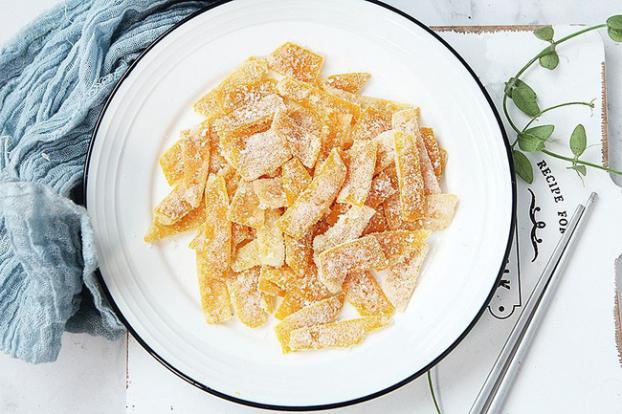 Vừa giúp khay bánh Tết đầy đặn, mứt vỏ cam mẹ làm còn giúp chống viêm họng cực tốt nữa