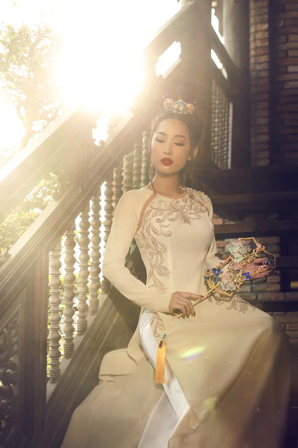 Hoa hậu Việt Nam diện áo dài cách tân, duyên dáng đón Xuân Kỷ Hợi