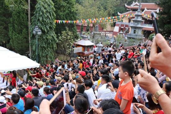 Hàng vạn du khách dự khai hội Chùa Hương