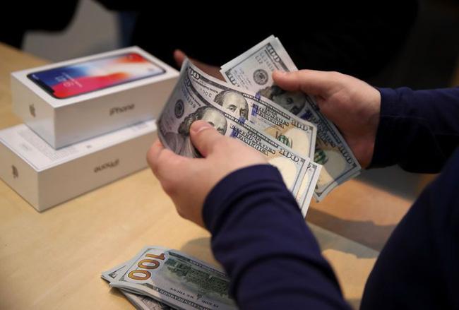 Đồng Đôla leo cao, Apple đại hạ giá iPhone