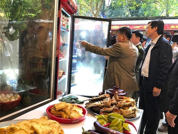 Xử phạt nhiều nhà hàng ở chùa Hương vi phạm an toàn thực phẩm