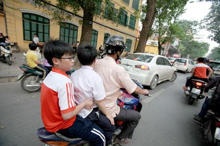 Chở trẻ em không đội mũ bảo hiểm sẽ bị phạt nghiêm