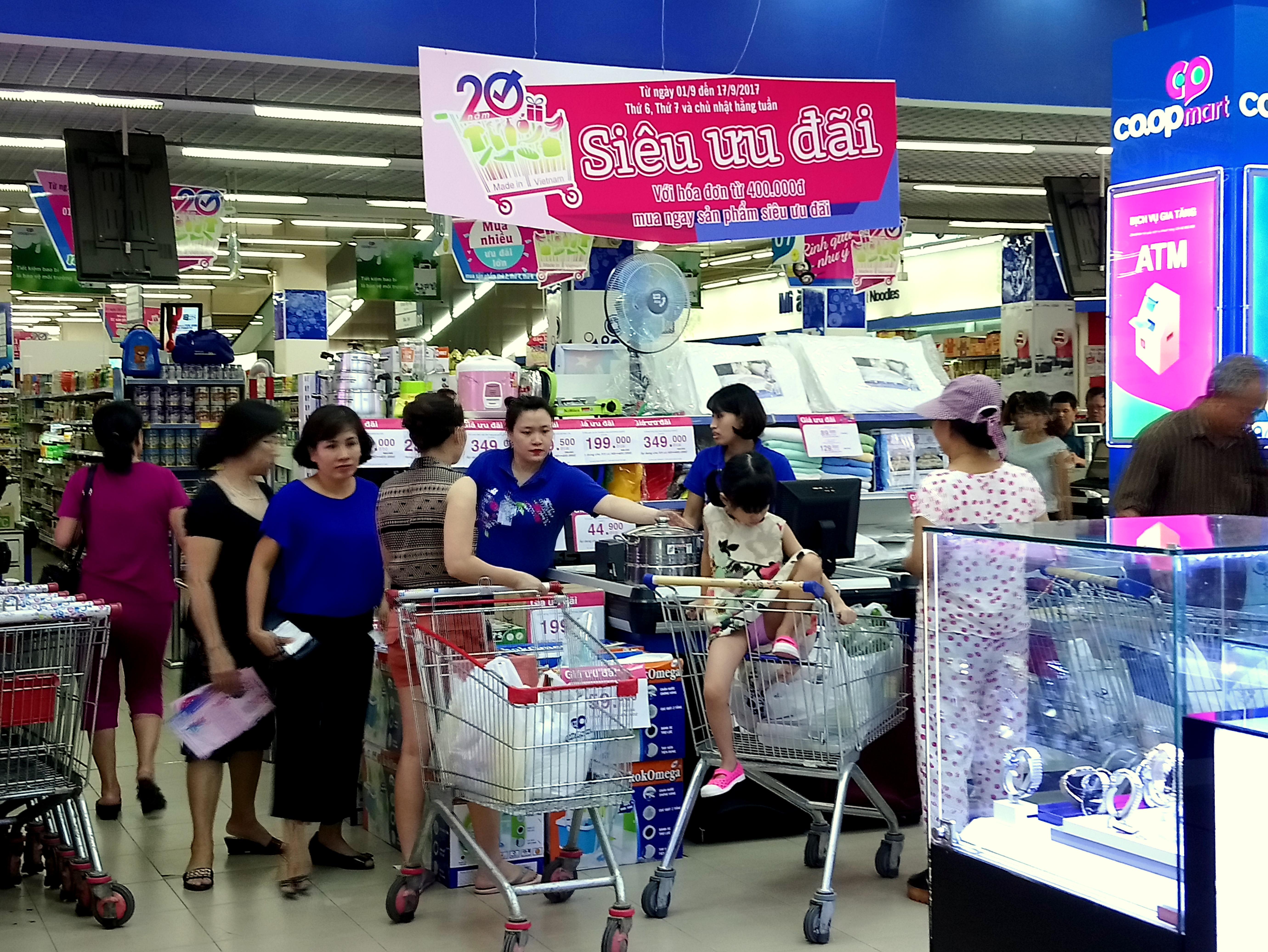 Các siêu thị từng bừng khuyến mãi, người tiêu dùng mua sắm thả ga