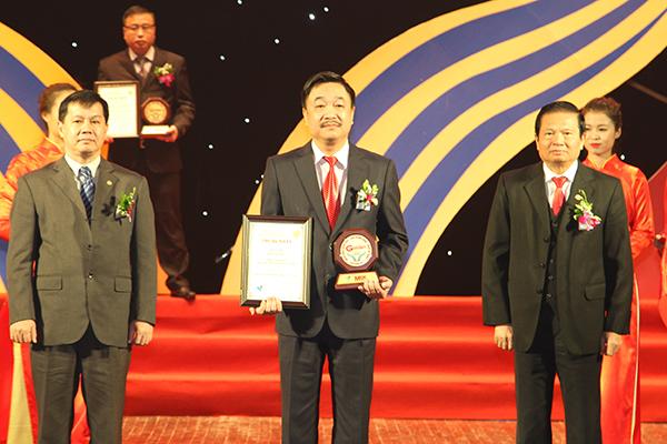 Ông Hoàng Lê Bách - Lãnh đạo Nhà xuất bản nhận chứng nhận
