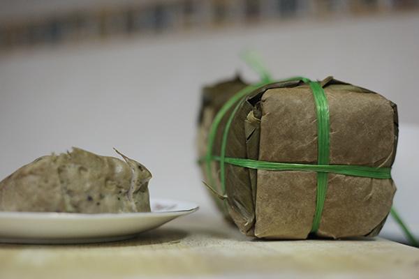 """Đến gần Tết sẽ là thời điểm """"bùng nổ"""" của chả giò cùng các món ăn đặc sản, vừa để sử dụng, vừa để làm quà biếu."""