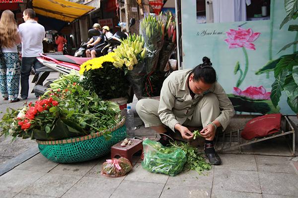 Nhiều người tranh thủ dịp này lấy hoa về bán kiếm thêm thu nhập ngày Tết.