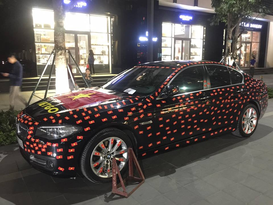Chiếc xe này còn chịu chơi phủ kín quốc kỳ Việt Nam. Ảnh: Internet.