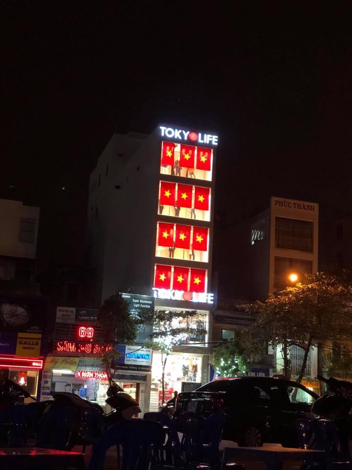 Một cửa hàng thời trang khác cũng rực rỡ không kém khi trang trí cờ đỏ sao vàng.