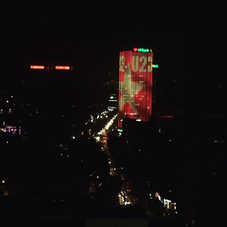 Tòa nhà VPBank nổi tiếng nhất Hà Nội với màn trình diễn ánh sáng ngoạn mục cổ vũ tinh thần đội tuyển Việt Nam.