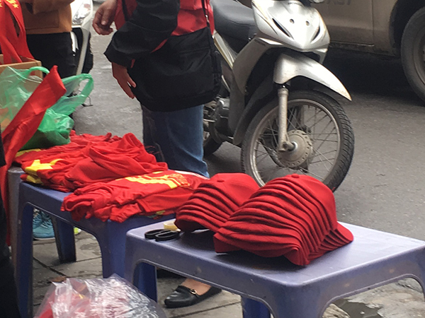 Áo cờ đỏ sao vàng từ 50.000 – 100.000 đồng, nón hình cờ đỏ sao vàng từ 30.000đ -100.000đ.