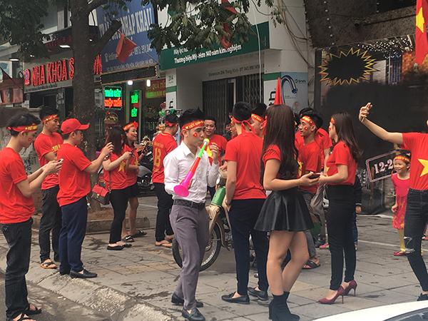 Các cổ động viên tập trung mua đồ theo từng nhóm khá đông hừng hực khí thế xuống đường cổ vũ.