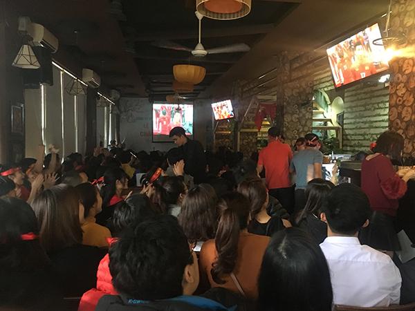 Quán cafe kín chỗ, hoạt động hết công suất rộn ràng không khi trước trận chung kết U23 châu Á.