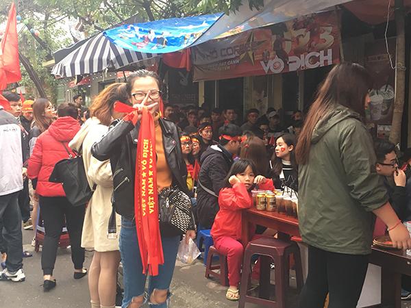 Vỉa hè cũng được quán cafe tận dụng chỗ để người dân tập trung theo dõi trận cầu lịch sử.