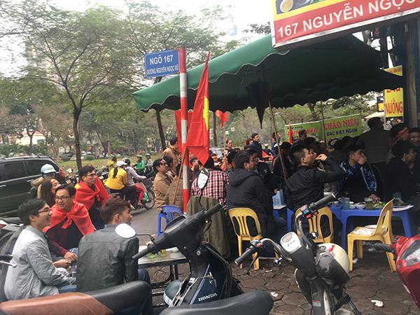 Nhiều khách chấp nhận ngồi tràn ra sát cả lề đường để cổ vũ cho U23.
