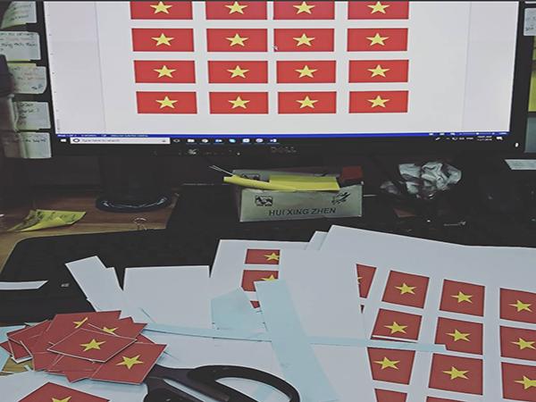 Thiết kế sticker cờ Việt Nam cũng khá 'hót' trong thời gian này với giá khoảng 10.000 đồng/2 sản phẩm.