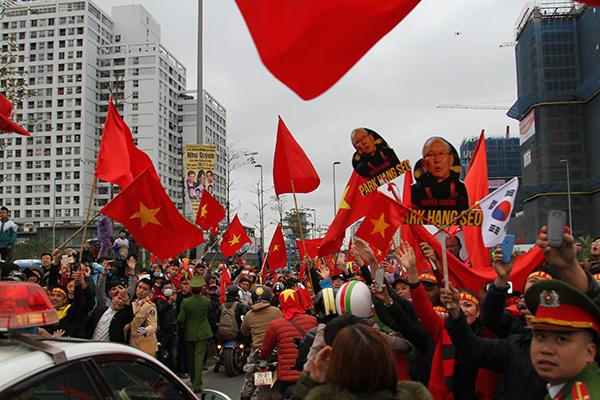 Người hâm mộ Việt Nam đổ sô bao vây đoàn xe U23 khiến lực lượng bảo vệ phải vất vả phân luồng.